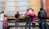 """-FOTODELDIA- MEX8457. SALTILLO (MÉXICO), 25/07/2019.- Familias de migrantes centroamericanos intentan subirse al tren la """"Bestía"""", este jueves a las afueras de la ciudad de Saltillo, en el estado de Coahuila (México) a la espera de llegar a la frontera estadounidense. Un juez federal en EE.UU. bloqueó este miércoles temporalmente las restricciones al asilo aprobadas la semana pasada por el presidente, Donald Trump, que buscaban dejar fuera del sistema a la mayoría de solicitantes centroamericanos. La decisión de este juez, con tribunal en San Francisco, reemplaza un fallo judicial anterior también de este miércoles que dejaba en pie la medida de Trump, en una efímera victoria para el mandatario. EFE/ Miguel Sierra"""