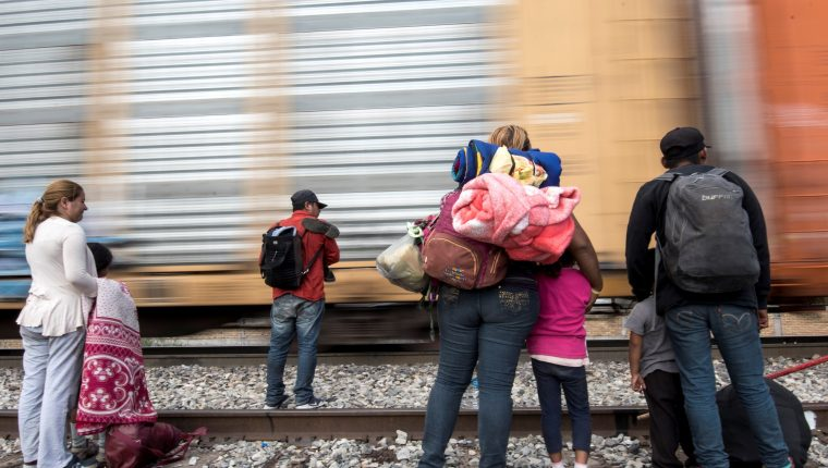 Miles de salvadoreños y hondureños serían acogidos en Guatemala como parte de un acuerdo de tercer país seguro que EE. UU. busca con nuestro país. (Foto Prensa Libre: EFE)
