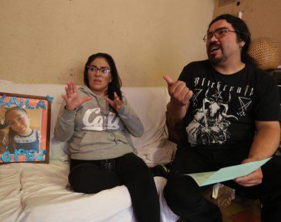 Karen Mazariegos y Andy López muestran las recetas y el acta de defunción de Keila, señalan negligencia del sistema de salud. (Foto Prensa Libre: Óscar Rivas)