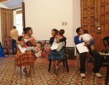Madres de niños con labio y paladar hendido encuentran una esperanza con la asociación Tess Sin Límites.  (Foto Prensa Libre: María Longo)