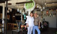 Fredy Citalán y Lissette Galindo de Citalán es una pareja de emprendedores, hace cinco años decidieron comenzar con el negocio de las lámparas, la idea no sólo es hacer lámparas personalizadas, sino también crearlas con materiales que se puedan reutilizar, tales como: botellas de vidrio, máquinas de coser, jarrillas, tuberías, y cualquier otro artefacto que el cliente les pida. Lissette Galindo es quein se encarga del diseño y Fredy Citalán es quien lleva a cabo la realización y creación de las lámparas.  Fotografía: Claudia Martínez