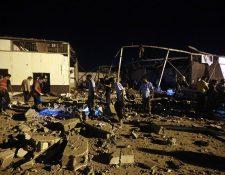 Socorristas buscan a sobrevivientes a bombardeo en Trípoli, Libia. (Foto Prensa Libre: AFP)