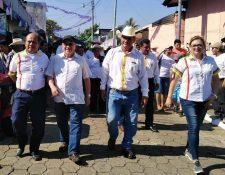 Lorenzo Ignacio Santos, alcalde electo de San Bernardino, -tercero de izquierda a derecha- durante la recién pasada campaña electoral. (Foto Prensa Libre: Tomada del Facebook de Pablo Ceto).