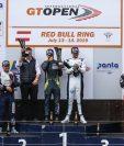 Andrés Lush Saravia y Fran Rueda (Izquierda) festejan en el podio, después del segundo lugar obtenido en Austria. (Foto Prensa Libre: GTOpen.net).