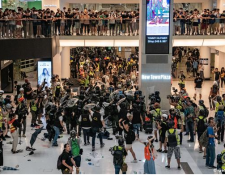 """La policía dijo que los manifestantes """"se volvieron locos"""". Se vivieron caóticas escenas en un centro comercial."""
