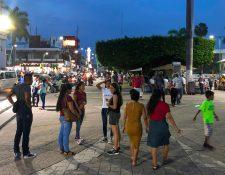 Entre los peatones también se desplazan migrantes centroamericanos en el Parque Central Miguel Hidalgo en Tapachula, Chiapas, México. (Foto Prensa Libre: AFP).