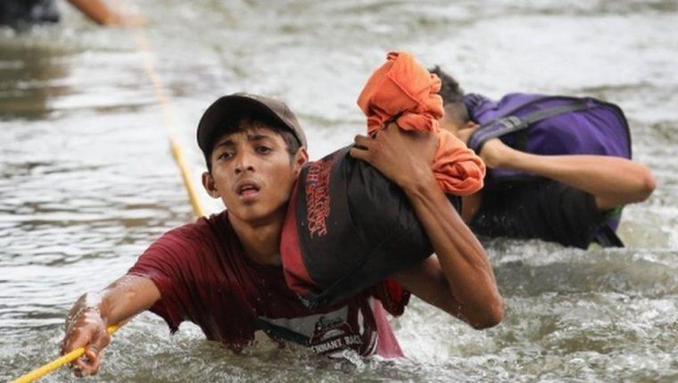 Muchos de los migrantes se arrojaron al río para poder cruzar a México desde Guatemala. (Foto Prensa Libre: BBC)