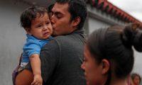 Kevin, migrante guatemalteco recién deportado de EE. UU., besa a su hijo Osaías, de un año, después de permanecer fuera del país por dos meses. (Foto Prensa Libre EFE)