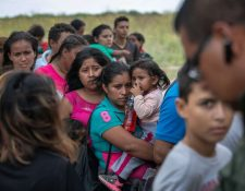 Centroamericanos se entregan a las autoridades fronterizas luego de intentar llegar a Estados Unidos. (Foto Prensa Libre: AFP)