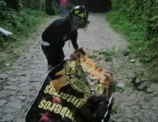 Bombero cubre el cadáver del motorista que murió en San José Pinula. (Foto Prensa Libre: @BVoluntariosGT).