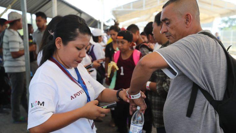 Varios delegados del Instituto Nacional de Migración de México orientan a migrantes hondureños que quieren ingresar a ese territorio. (Foto Prensa Libre: Hemeroteca PL)