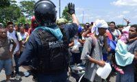 MEX050. TAPACHULA (MÉXICO), 05/06/2019.- Elementos del Instituto Nacional de Migración (INAMI), y policías federales detienen a migrantes centroamericanos este miércoles, en la ciudad de Tapachula en el estado de Chiapas (México). Autoridades federales y migratorias mexicanas frenaron una caravana de uno 500 migrantes centroamericanos que se internó en la frontera sur de México y que tenía como destino Estados Unidos, informaron medios locales. EFE/José Torres