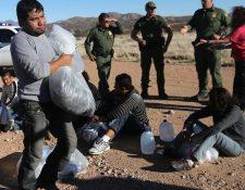 Migrantes intentan cruzar la frontera entre México y EE. UU. (Foto Prensa Libre: Hemeroteca PL)