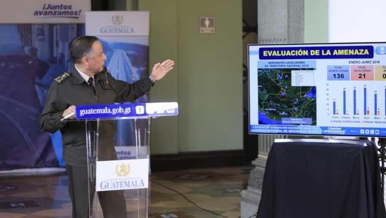 El ministro de la Defensa, Luis Miguel Ralda, en conferencia de prensa. (Foto Prensa Libre: Ejército de Guatemala)