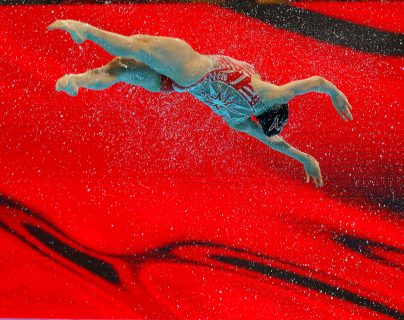 Una nadadora del equipo chino de natación artística compite en la final de la rutina de equipo técnico de los Campeonatos del Mundo de Natación. (Foto Prensa Libre: EFE)