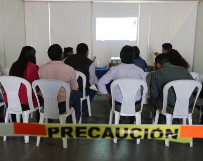 Fiscales de partidos políticos y empleados del Tribunal Supremo Electoral continúan con la revisión de actas en el Parque de la Industria. (Foto Prensa Libre: Érick Ávila)