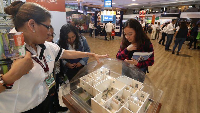 Varias familias visitan la ExpoCasa en busca de una vivienda digna.