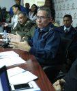 Jorge Roberto Ruiz, viceministro de Política de Defensa y Planificación del Ministerio de la Defensa, en citación con diputados de Encuentro por Guatemala explica las propiedades de las aeronaves Pampa III. (Foto Prensa Libre: Esbín García)