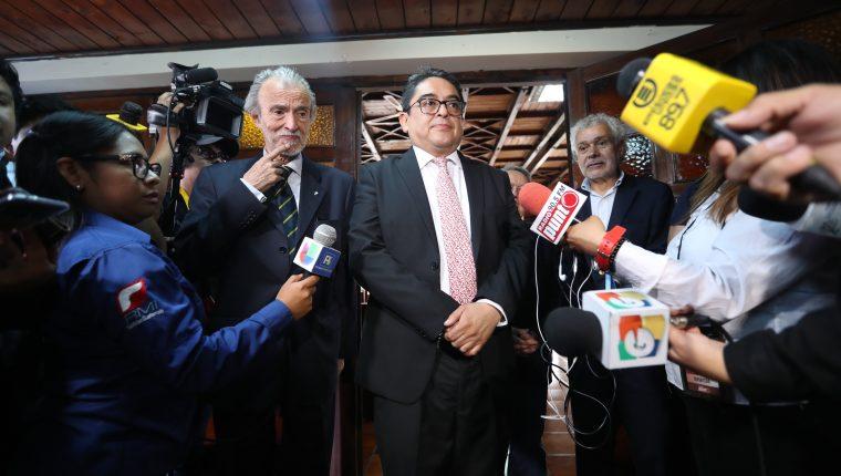 Excancilleres y el ciudadano Manfredo Marroquín fueron amparados por la CC en torno a la firma del acuerdo entre Guatemala y Estados Unidos. (Foto Prensa Libre: Hemeroteca PL)