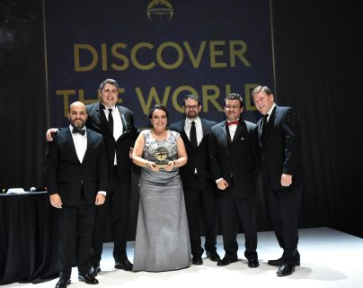 Mónica Girón de Ufer, directora de Discover the World Guatemala, muestra su reconocimiento con ejecutivos de Royal Caribbean.