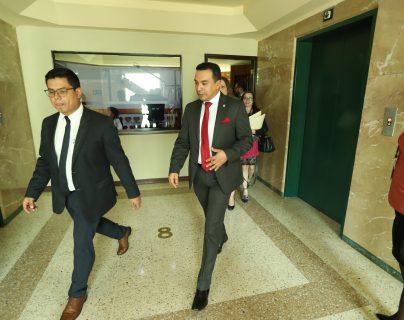 Pablo Garcia, viceministro de Relaciones Exteriores (derecha), abandona el salón de reuniones de la Comisión del Migrante. (Foto Prensa Libre: Esbin García).