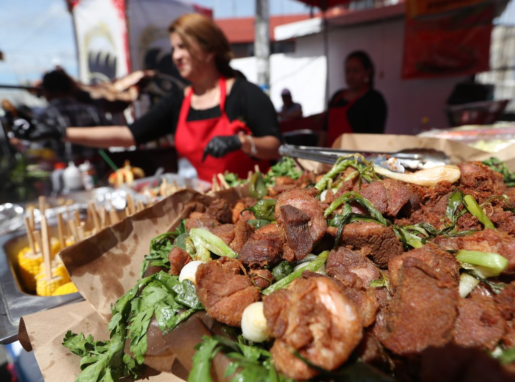 Vecinos de Mixco asisten  este sábado a la cuarta edición de la Feria del Chicarrón que se lleva a cabo en el Parque Central de la Zona 1 de dicho municipio.(Foto Prensa Libre: Esbin García)
