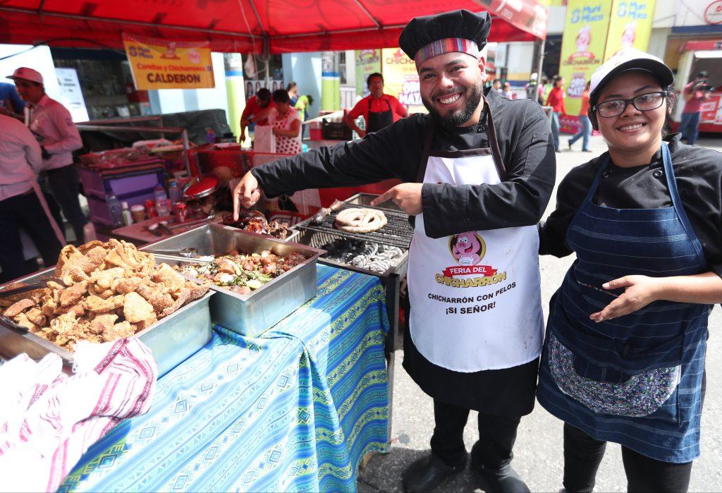 Vendedores ofrecen su producto a los visitantes. (Foto Prensa Libre: Esbin García)