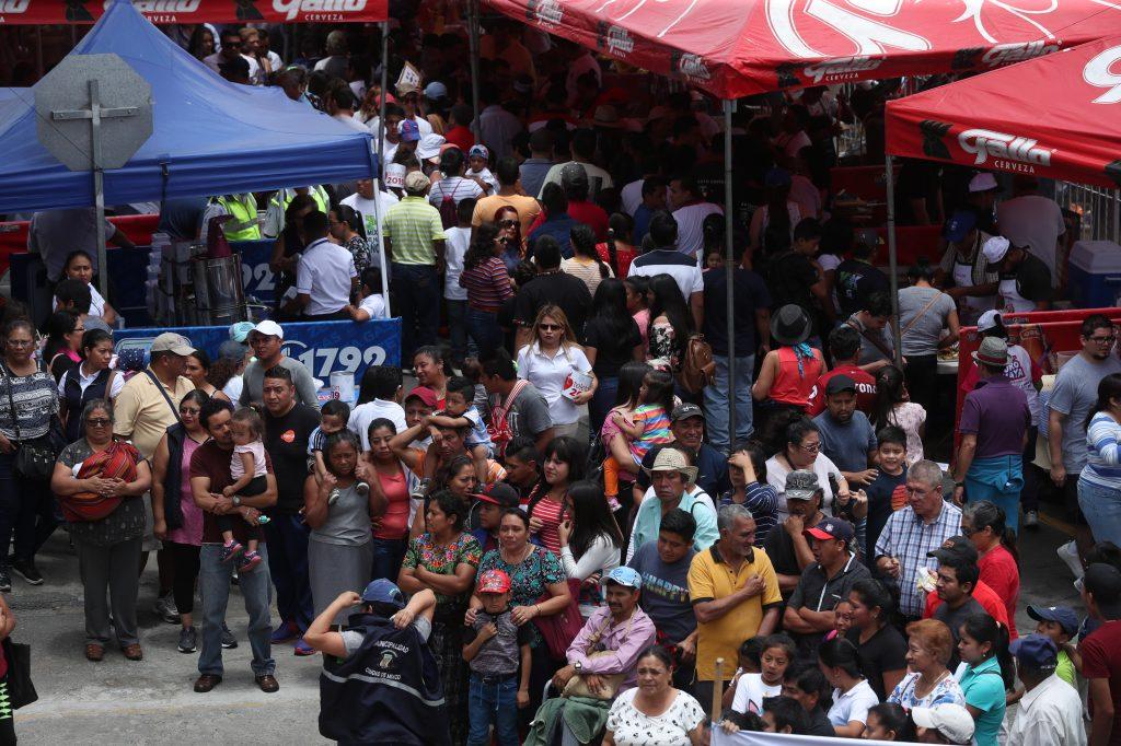 Cientos de personas llegan a degustar varios platillos derivados del cerdo. (Foto Prensa Libre: Esbin García)