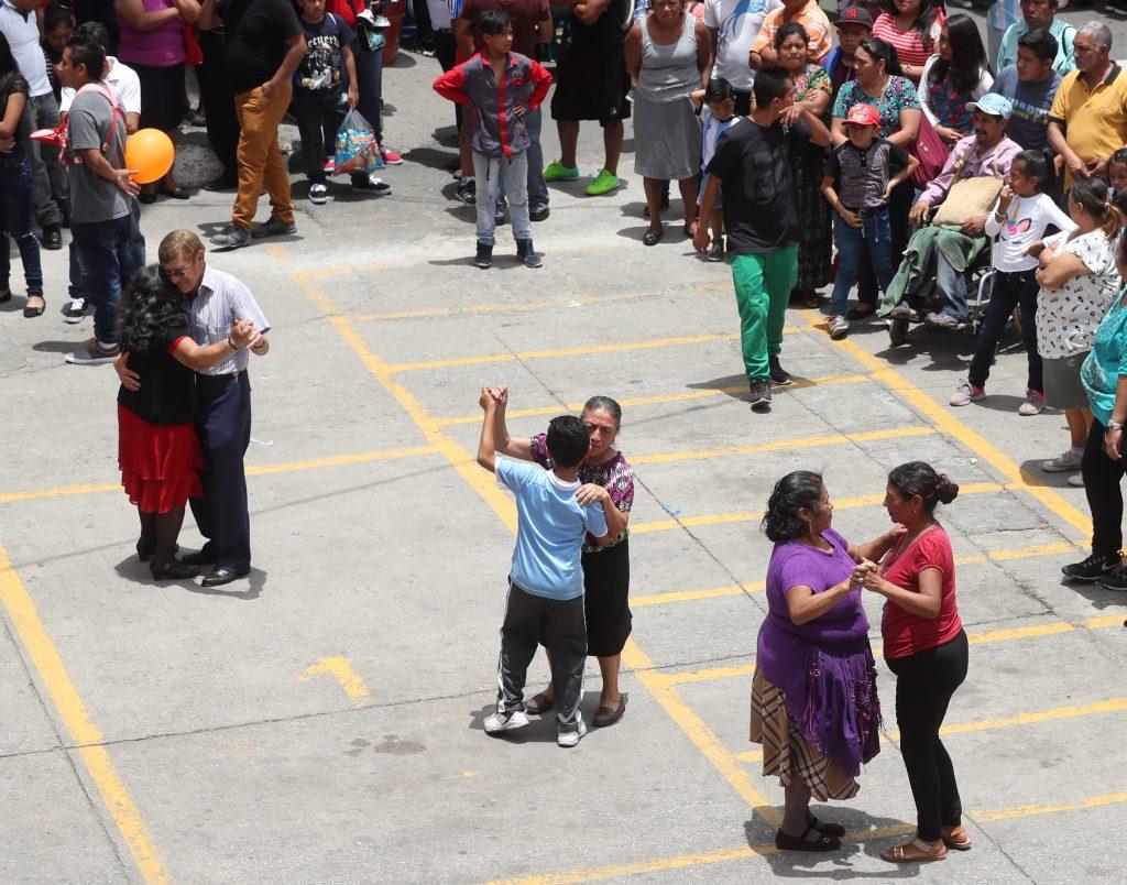 Varias parejas disfrutaron del baile  en el parque central de la zona 1 de Mixco. (Foto Prensa Libre: Esbin García)