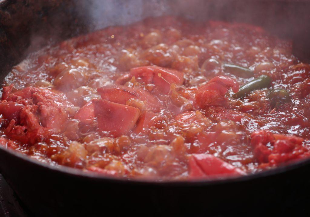 La preparación de las carnitas y chicharrones fueron del gusto de los visitantes. (Foto Prensa Libre: Esbin García)