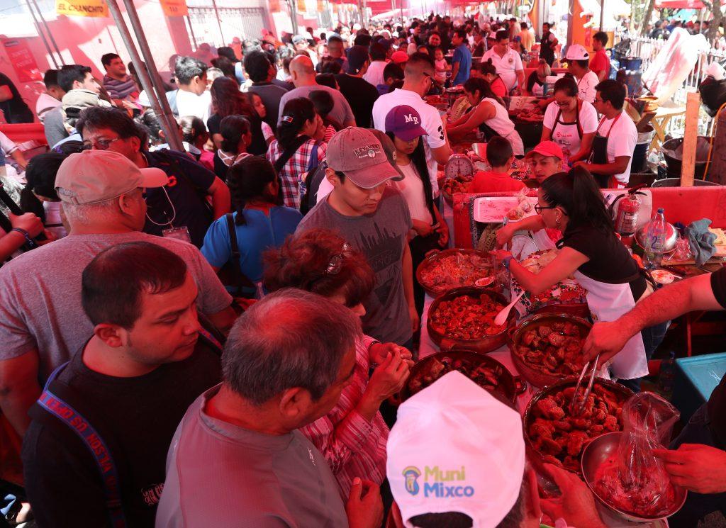 Más de 70 puestos de venta fueron habilitados para el evento gastronómico.(Foto Prensa Libre: Esbin García)
