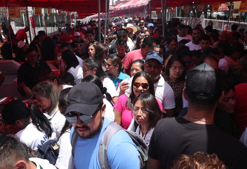 Por momentos fue difícil el acceso a las ventas por la cantidad de familiar que acudieron a la cuarta edición de la Feria del Chicharrón. (Foto Prensa Libre: Esbin García)