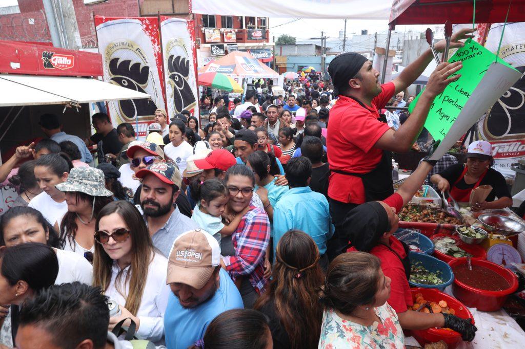 Cientos de personas abarrotaron las instalaciones en la Feria del Chicharrón. (Foto Prensa Libre: Esbin García)
