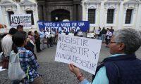 Estudiantes de la Universidad de San Carlos tomaron las instalaciones del Musac,  junto con organizaciones civiles, para protestar contra los diputados que intentaron sesionar en dichas instalaciones. (Foto: Esbin García)