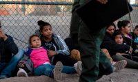 Migrantes centroamericanos esperan un vehículo en El Paso, Texas, que los lleve a un albergue y su posterior deportación. (Foto Prensa Libre: AFP)