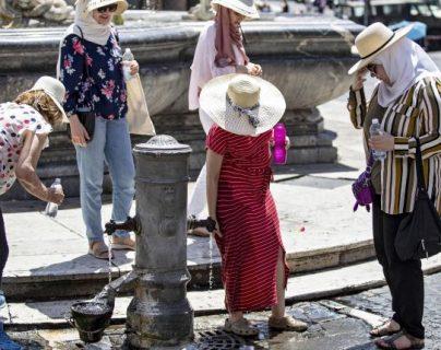 Varias mujeres se refrescan en una fuente, en Roma, Italia, durante la ola de calor que azotó Europa en junio 2019. (Foto Prensa Libre: EFE).