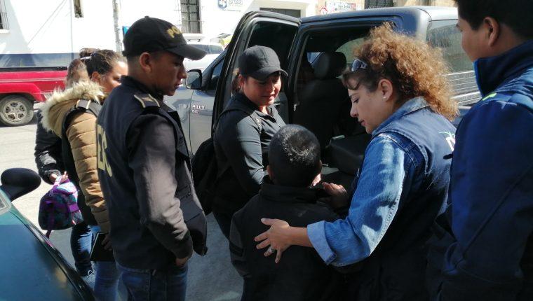 Personal de la PGN, PNC y MP, participaron en los allanamientos para el rescate de los niños y adolescentes. (Foto Prensa Libre: María Longo)