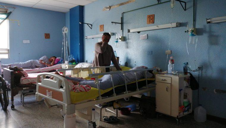 Marta Julia Barrera se esfuerza por conseguir el dinero para cubrir los gastos médicos de su hijo. (Foto Prensa Libre: María Longo)