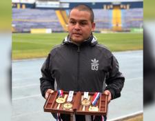 Brayan Solares muestra algunas de las medallas que ha ganado como atleta. (Foto Prensa Libre: Cortesía).