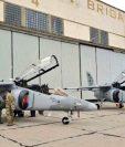 Los dos aviones Pampa III fueron presentados al presidente Jimmy Morales en el aeropuerto de El Palomar, en Argentina. (Foto Prensa Libre: Cortesía)