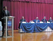 Eduardo Girón Benford (de pie) fue nombrado como nuevo presidente de la Cámara de Industria de Guatemala. (Foto Prensa Libre: Cortesía CIG)
