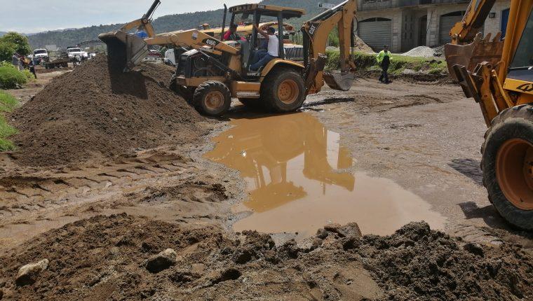 Maquinaria de la Municipalidad de Quetzaltenango y de las empresas de extracción minera que operan en el sector hicieron trabajos de limpieza. (Foto Prensa Libre: María Longo)