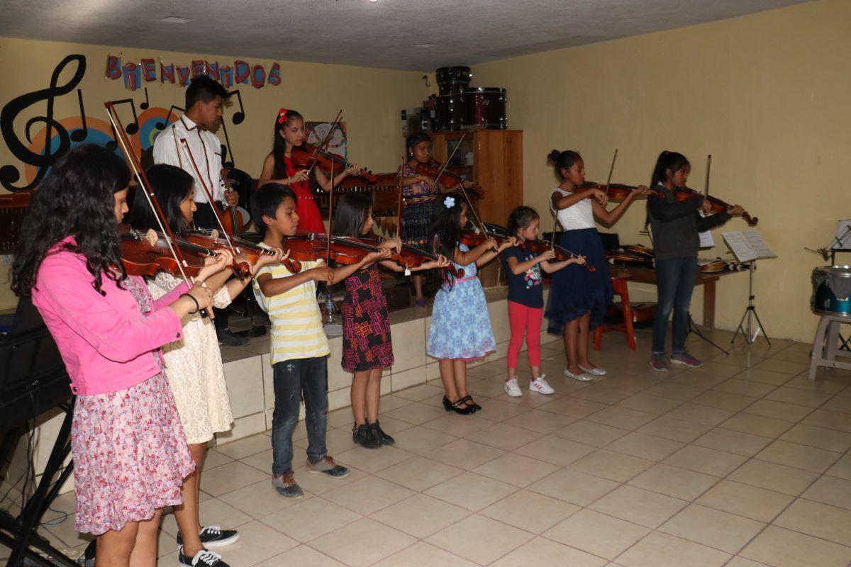 Niños de El Tejar muestran sus habilidades con la música y sorprenden a artista estadounidense