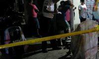 Autoridades revisan área donde murió mujer embarazada. (Foto Prensa Libre: Whitmer Barrera)