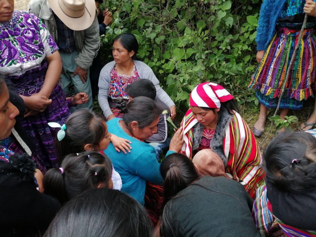 Tres menores de edad huérfanos, su mamá quedó soterrada