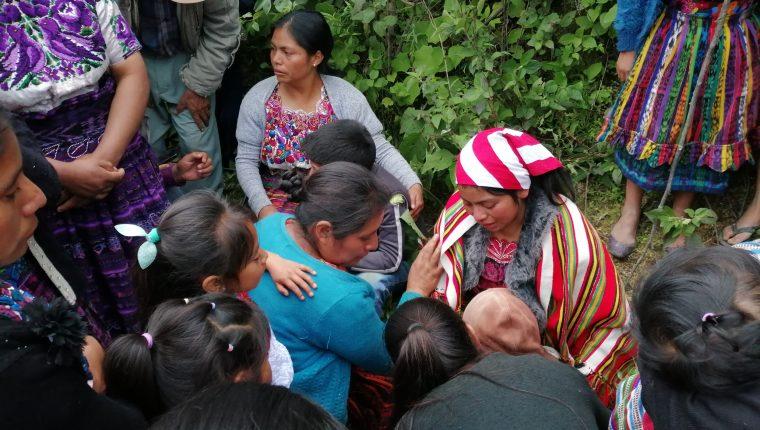 Vecinos consolaron a Damaris, de 15 años, quien se quedó en la orfandad. (Foto Prensa Libre: María Longo)