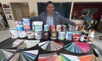Dany Juan López Juárez, el migrante originario de Concepción Chiquirichapa, inauguró en Xela la segunda tienda de pinturas Benjamin Moore en el país. (Foto Prensa Libre: Mynor Toc)