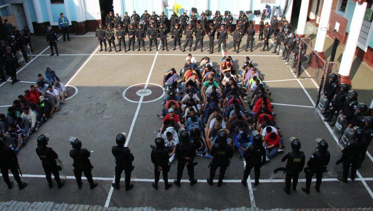 La Policía Nacional Civil constantemente efectúa requisas en el Preventivo para Hombres de Xela. (Foto Prensa Libre: Hemeroteca PL)