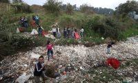 Estudiantes del Instituto Nacional en Educación Diversificada de Salcajá y ecologistas de ARLA, sacan basura del río Xequijel. (Foto Prensa Libre: Mynor Toc)