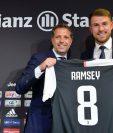 El galés Aaron Ramsey fue presentado con la Juventus y luce feliz. (Foto Prensa Libre: Juventus FC)